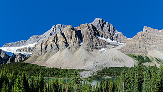 Bow Lake (Alberta) - A view of Bow Lake and Crowfoot Mountain