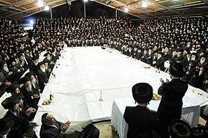 Boyan (Hasidic dynasty) - The Boyaner Rebbe, Rabbi Nachum Dov Brayer, leads a tish in the giant sukkah erected at Yeshivat Tiferes Yisroel, 2009.