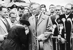 Forced labor of Germans in the Soviet Union - The mother of a prisoner thanks Konrad Adenauer upon his return from Moscow on September 14, 1955. Adenauer had succeeded in concluding negotiations for the release to Germany, by the end of that year, of 15,000 German civilians and prisoners of war.
