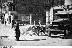 Bundesarchiv Bild 183-S85102, Berlin, Beseitigung einer Grenz-Straßensperre.jpg
