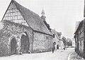 Burgtor zu Praunheim mit Blick zur Kirche.jpg