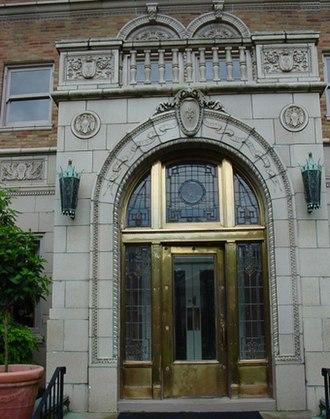 Commodore Apartment Building (Louisville, Kentucky) - Image: CC Entry Door
