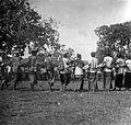 COLLECTIE TROPENMUSEUM Bij feesten ter gelegenheid van geboorten huwelijken etc. op het eiland Roti worden bij het dansen van de 'bonet' raadsels opgegeven en opgelost TMnr 10003412.jpg