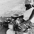 COLLECTIE TROPENMUSEUM Een Samo vrouw bezig met het bakken van koeken TMnr 20010236.jpg