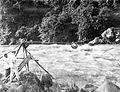 COLLECTIE TROPENMUSEUM Een stroomversnelling in de Asahan rivier die overgestoken kan worden met behulp van en grote draagmand aan een gespannen touw katrol Sumatra's Oostkust TMnr 10014083.jpg
