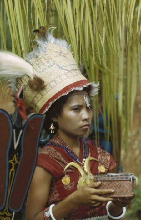 COLLECTIE TROPENMUSEUM Een vrouw in Kota Ambon (Taman Wisata) toont Zuidoost-Molukse kleding en gebruiken TMnr 20017958