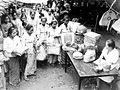 COLLECTIE TROPENMUSEUM Vrouwen van de vlechtafdeling in Jakarta leveren hun dagproduktie in ter verbetering van de export en deviezenpositie van Indonesië TMnr 10001435.jpg