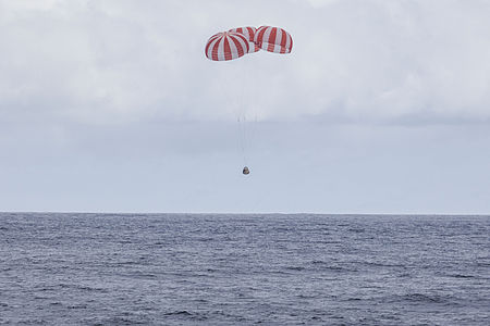 CRS-4 Dragon under parachute (16166753344).jpg