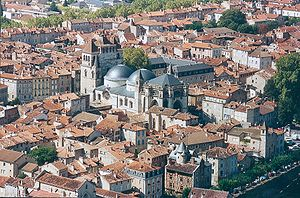 http://upload.wikimedia.org/wikipedia/commons/thumb/5/51/Cahors_cath%C3%A9drale_St_Etienne.jpg/300px-Cahors_cath%C3%A9drale_St_Etienne.jpg
