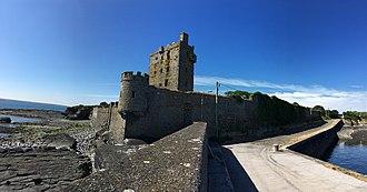 Carrigaholt - Image: Carrigaholt Castle bawn wall