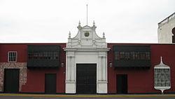 """Casa """"Muñoz y Cañete"""" actual sede de la prefectura de la ciudad; en esta casa doña Micaela cañete de Merino, bordó la primera bandera del Perú republicano. Ocupa el solar asignado a Francisco Pizarro durante la fundación de la ciudad en 1535."""