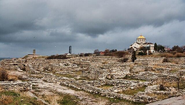 Руины Херсонеса и собор Святого Владимира