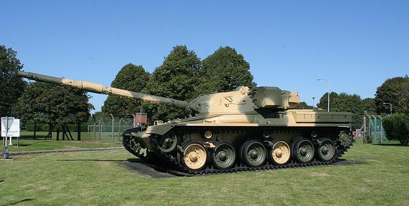 دبابة تشيفتن البريطانية 800px-Chieftain_tank_outside_Ashchurch_depot