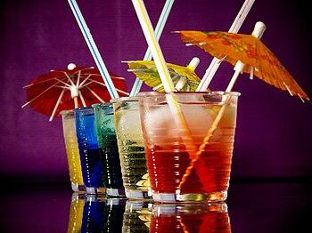 Deutsch: Cocktails mit Schirmchen