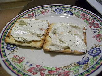 Cream cracker - Cream crackers with garlic-herb cheese spread