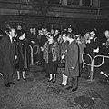 De koninklijke families staan bij het Amstelhotel om een tocht met een rondvaart, Bestanddeelnr 916-0393.jpg