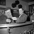 De twee mannen staan aan de bar, Bestanddeelnr 254-0004.jpg