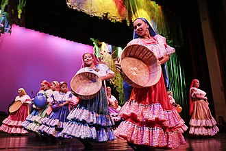 Music of El Salvador - Salvadoran wpmen in folkloric garb