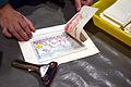 Die!!! Weihnachtsfeier 2013, 063 Papierabzug von der zuvor mit Wachsmalstiften eingefärbten Schablone für selbstgedrucktes Kindergeld.jpg