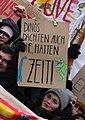 Dinos dachten auch sie hätten Zeit!, Berlin, 25.01.2019 (cropped).jpg