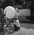 Dolle Mina beweging protesteert bij Pauselijke Nuntius t e Den Haag tegen geboor, Bestanddeelnr 926-5695.jpg