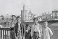 ETH-BIB-Gruppe Knaben und ein Mann auf Brücke vor Torre del Oro, Sevilla-Nordafrikaflug 1932-LBS MH02-13-0495.tif
