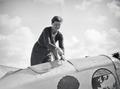 ETH-BIB-Pilotin Elly Beinhorn beim Arbeiten an ihrem Flugzeug am Kap Juby-Tschadseeflug 1930-31-LBS MH02-08-1037.tif