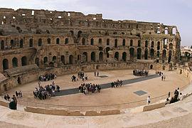 oval amfiteater med en välvd struktur på en av dess sidor