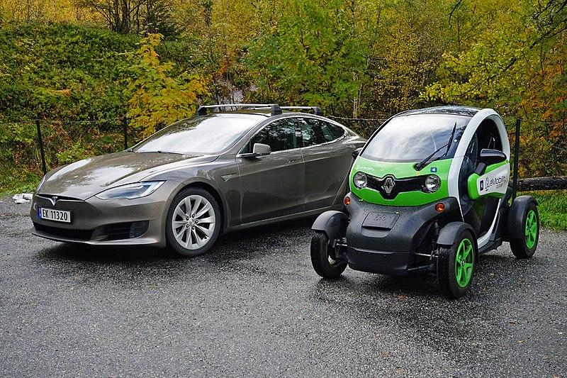 File:Electric cars Flydalsjuvet Geirangerfjord 10 2018 3154.jpg