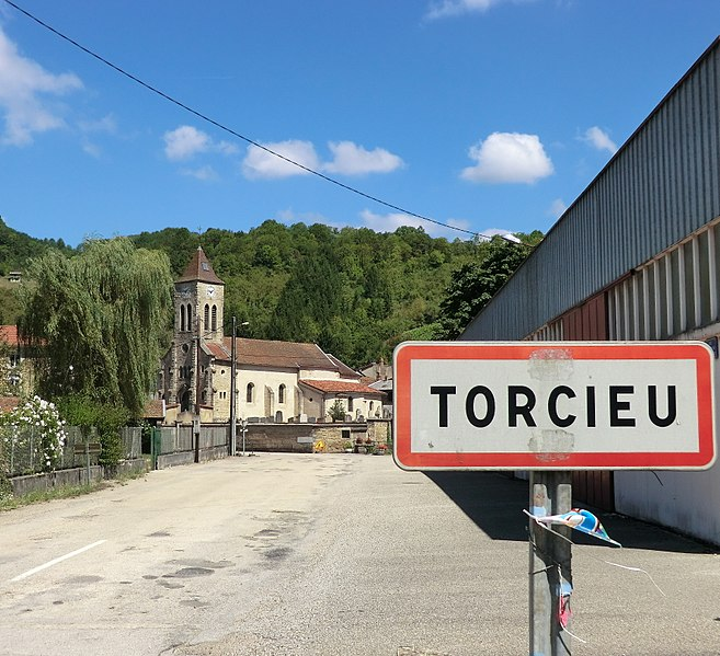 Entrée dans Torcieu.