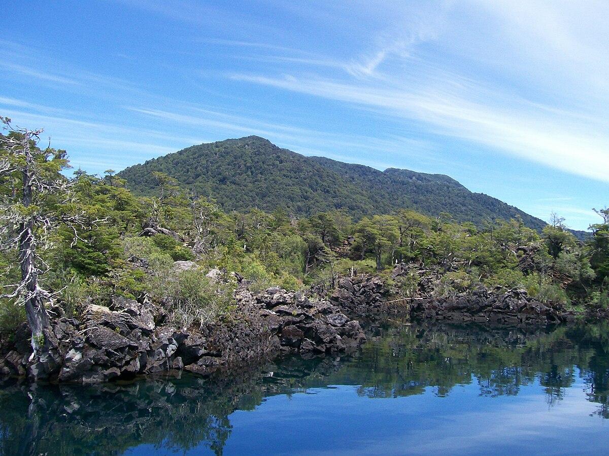Lago Epulafquen - «Escorialvolcanico3» por Aleposta - Trabajo propio. Disponible bajo la licencia GFDL vía Wikimedia Commons.