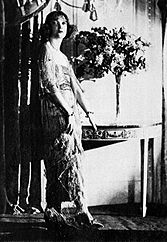 Estelle Winwood (1920)