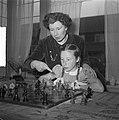 Fenny Heemskerk (kampioen damesschaken) met dochter, Bestanddeelnr 904-5141.jpg