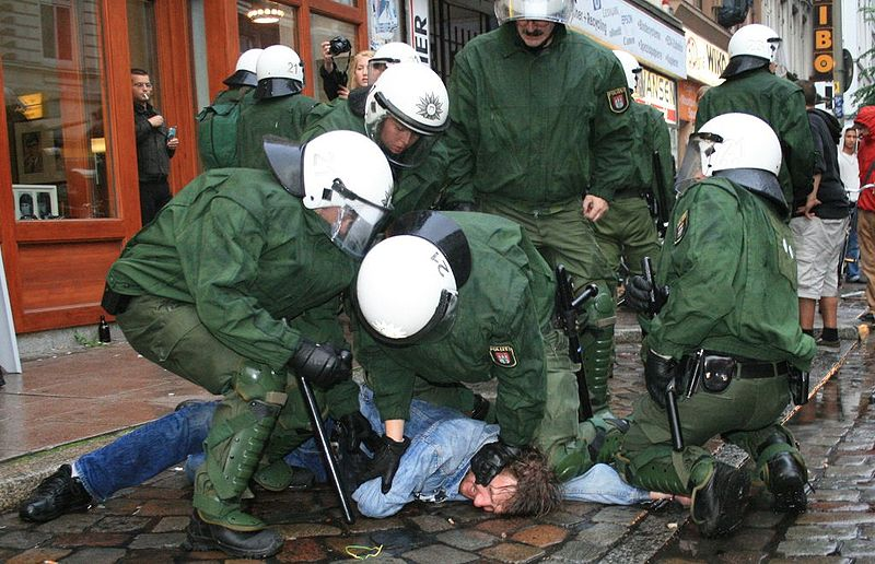 Hamburger Polizeibeamte bei einer Festnahme, Hamburg 28. Mai 2007