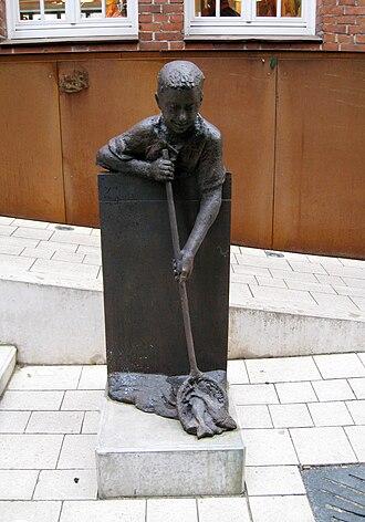 """Balge (river) - Statue """"Fietje Balge"""" by Bernd Altenstein"""