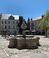 Fontaine, place Eugène-Barthelon (Embrun) mai 2021.jpg