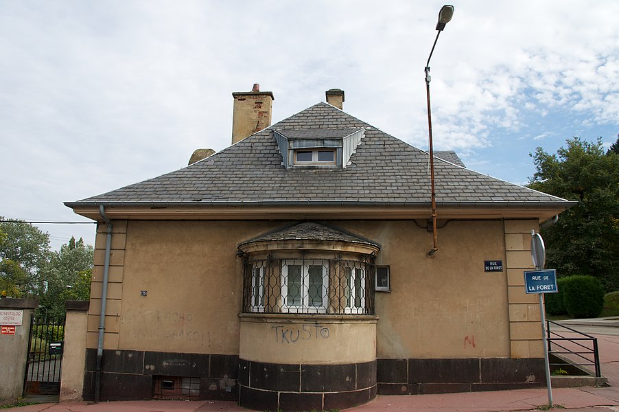 """Gebäude mit Auslucht in der 'Rue de la Forêt"""" in Forbach (Moselle)."""