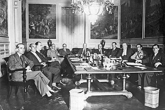 Indalecio Prieto - Prieto (third on the right), during a meeting of the Council of Ministers presided by Largo Caballero (1936).