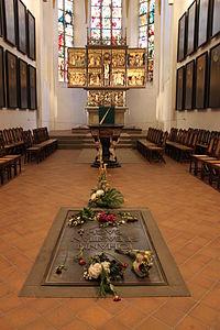 Grave of Johann Sebastian Bach and altar Leipzig.JPG