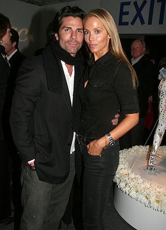 Greg Lauren - Lauren with wife Elizabeth Berkley at the 2008 Los Angeles art show