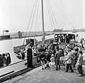 HUA-165637-Afbeelding van het motorschip IJsselstroom van Rederij Koppe voor de bootdienst Enkhuizen-Stavoren, in de haven van Stavoren, tijdens het van boord gaan van de passagiers.jpg