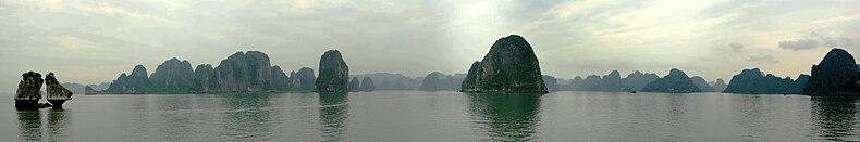 La Baia di Ha Long, panoramica a 180° gradi.