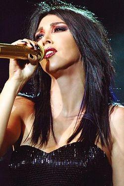 Hande Yener Harbiye Konseri 4 (cropped).jpg
