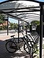 Huissen-Zand (Lingewaard) bushalte Nieuwdiep met fietsenstalling en blikvanger.JPG
