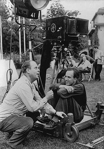 Бергман (справа) во время съёмок фильма «Кризис» (1944 год)