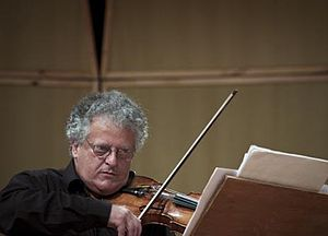 Helikopter-Streichquartett - Irvine Arditti, leader of the Arditti Quartet, who premiered and made the first recordings of the Helicopter Quartet