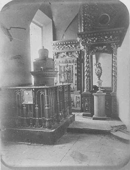 https://upload.wikimedia.org/wikipedia/commons/thumb/5/51/John_of_Tobolsk_grave.jpg/440px-John_of_Tobolsk_grave.jpg