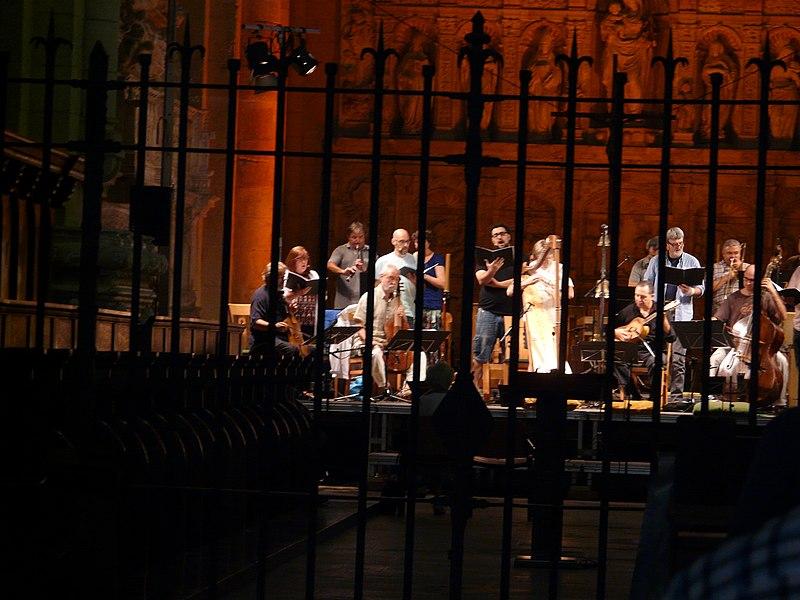 File:Jordi Savall i Hesperion XXI assajant a l'església del Monestir de Poblet P1250067.jpg