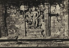 KITLV 106693 - Isidore van Kinsbergen - Bas-relief of a four-armed Vishnu on the north wall of Tjandi Srikandi on Dijeng plateau in Wonosobo - 1864-07-1864-09.tif