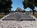 Katonai emlékpark, lépcsőzetes emelvény örökmécsessel, 2019 Tapolca.jpg